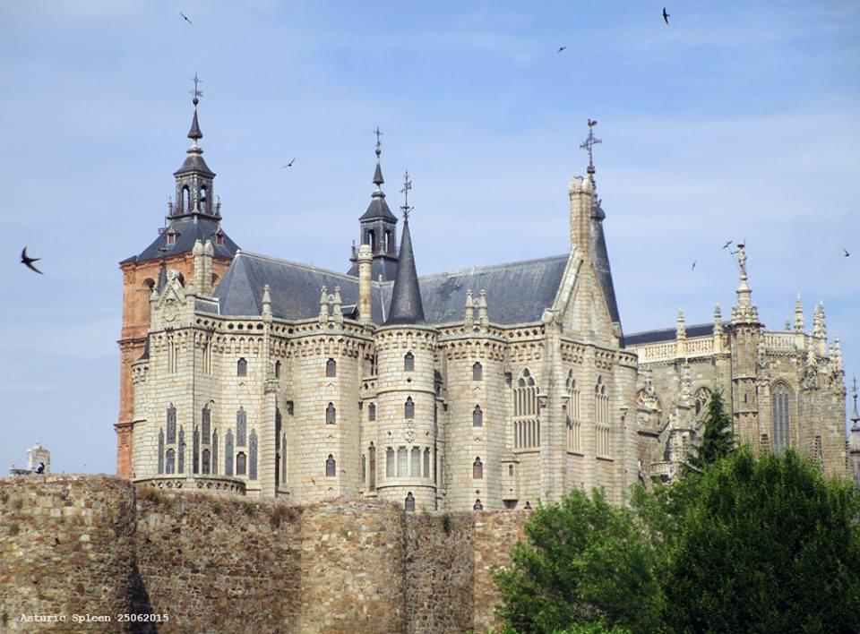 Muralha romana, Palácio de Gaudi e Catedral, em Astorga (Espanha)