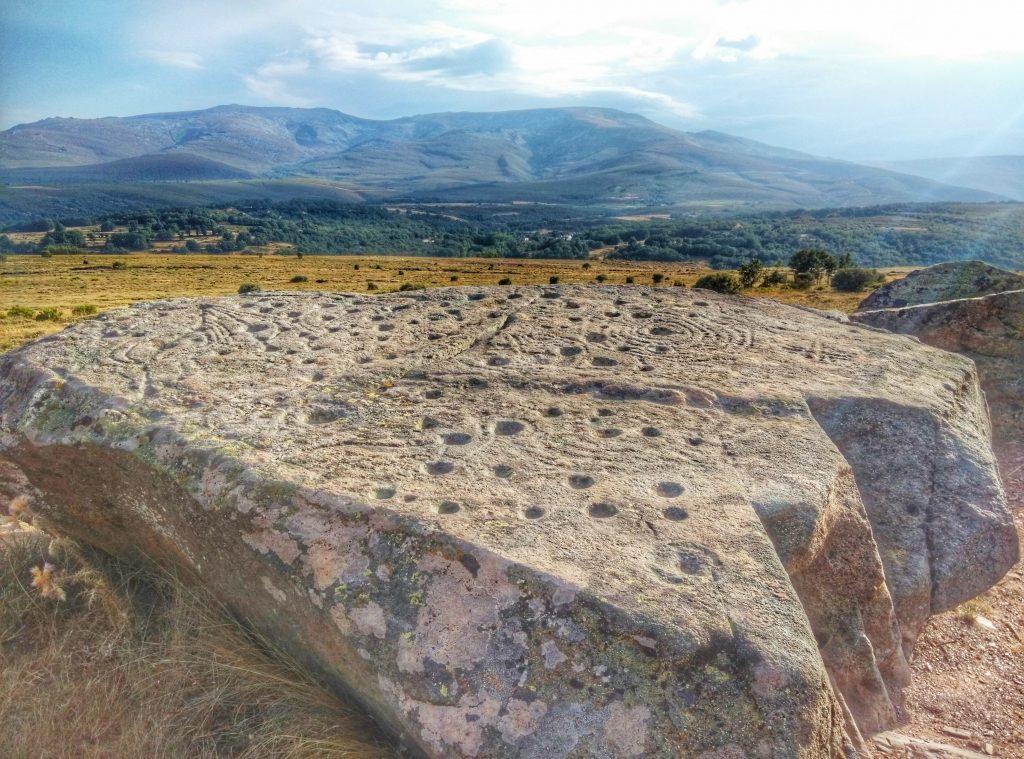 Petroglifi sotto i piedi del Teleno