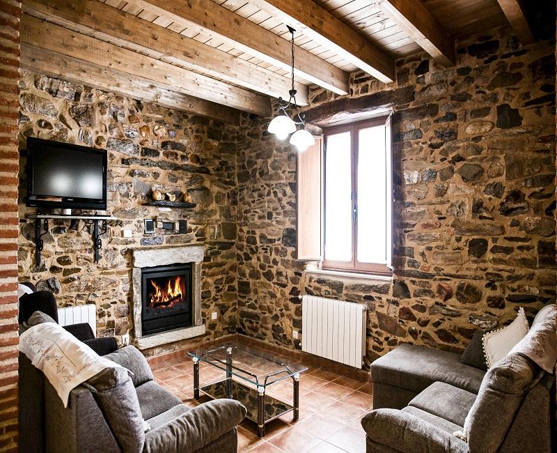 Salón con chimenea en la casa rural El Habanero
