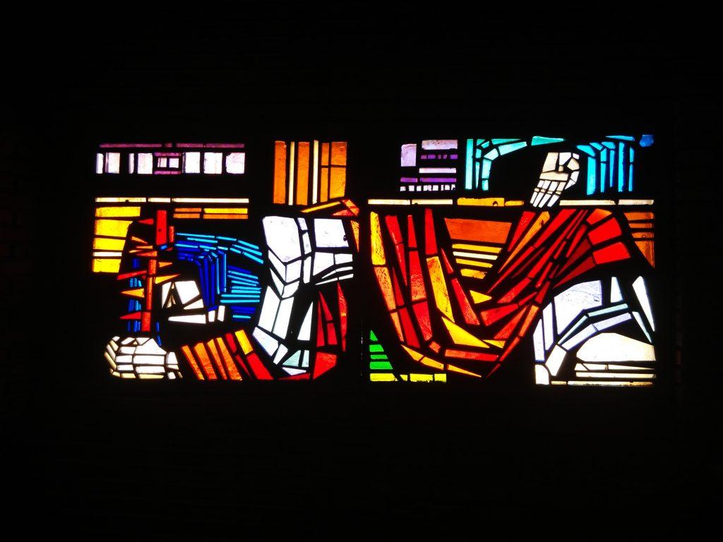 Jesús cae por tercera vez - IX (vidriera de hormigón, Iglesia de San Pedro de Rectivía)