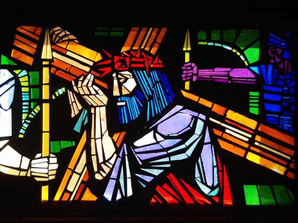Jesús carga con la Cruz - II (vidriera en la parroquia de San Pedro, en el barrio de Rectivía de Astorga)