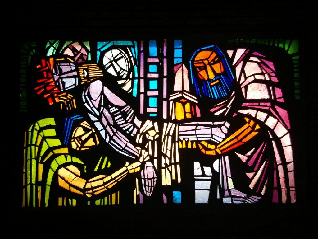 Jesús es bajado de la cruz y entregado a su madre - XIII (vidriera de hormigón en la Iglesia de San Pedro de Rectivía)
