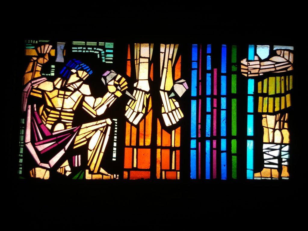 Jesús es clavado en la cruz - XI (vidriera de Rectivía, en Astorga, León)