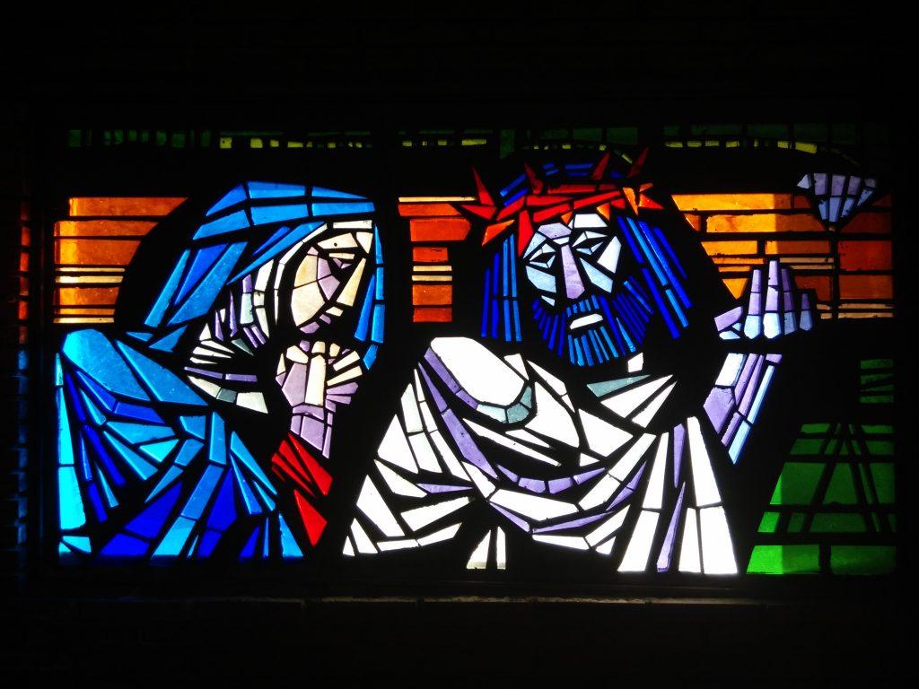 Jesús se encuentra con su Santísima Madre - IV (vidriera en la Iglesia de San Pedro de Rectivía, en la ciudad de Astorga, León)