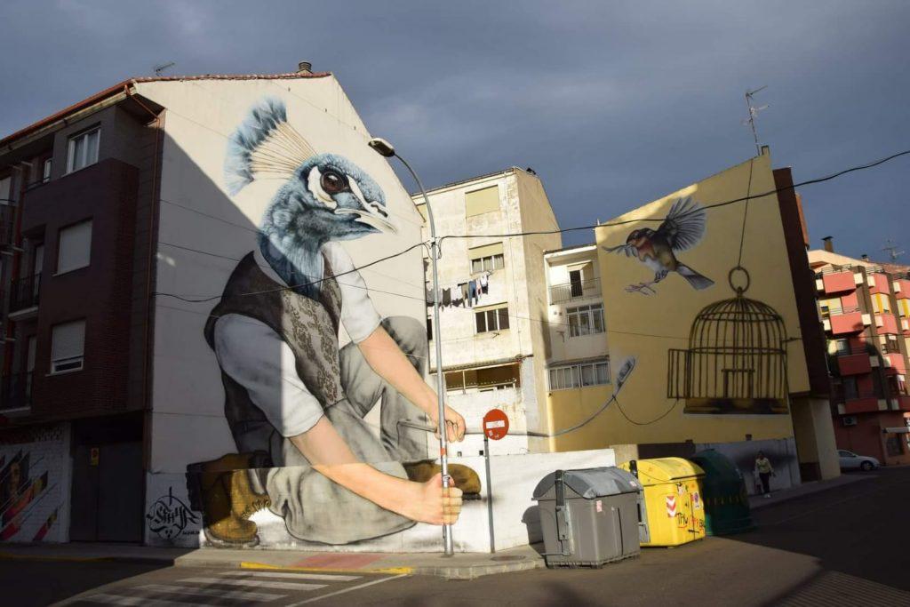 Hombre pájaro, obra de SFHIR en la calle Pradillo de La Bañeza