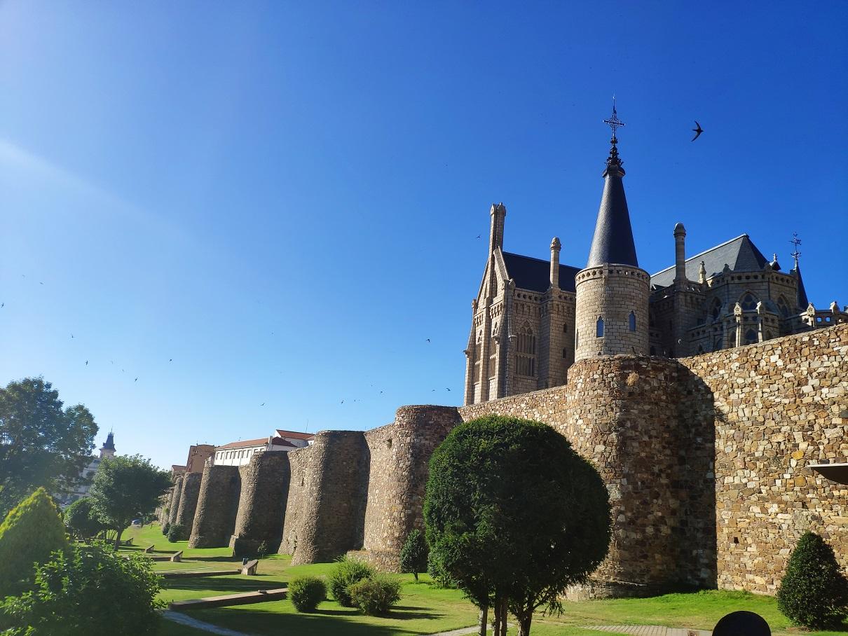 Muralla romana de Astorga y Palacio de Gaudí