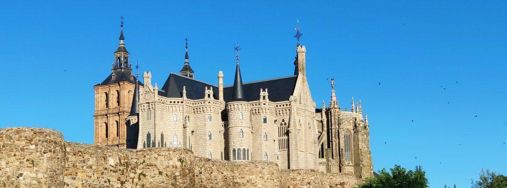 Palacio de Gaudí, entre la muralla y la Catedral